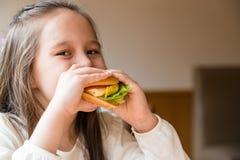 äta flickahamburgaren Arkivfoton