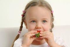 äta flickan little jordgubbe Royaltyfria Bilder