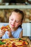 äta flickan little pizza Royaltyfri Bild