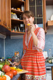 äta flickapeppar fotografering för bildbyråer