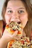 äta flickapizza Arkivbild