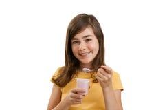 äta flickayoghurt Arkivfoton