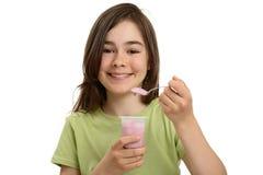 äta flickayoghurt Royaltyfria Bilder