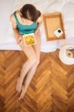 Äta frukosten i säng Arkivfoton