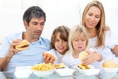 äta glada familjhamburgare Fotografering för Bildbyråer