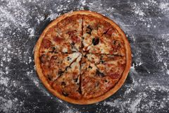 äta grupperar vänner pizza Royaltyfri Bild