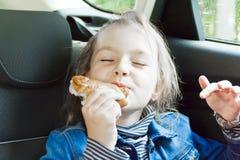 Äta gulligt flickasammanträde inom bilen Arkivfoton