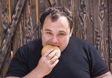 äta hamburgaremannen Arkivfoton
