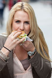 äta hamburgaren Arkivbilder