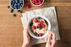 Äta havremjölhavregröt för sund frukost royaltyfri fotografi