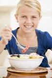 äta havs- barn för flicka inomhus royaltyfri bild