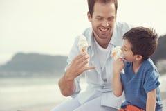 Äta icecream tillsammans arkivbilder