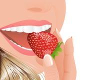 äta jordgubbekvinnan Royaltyfri Fotografi