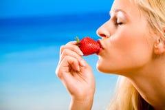äta jordgubbekvinnan royaltyfria bilder