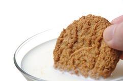 Äta kakan med mjölka Fotografering för Bildbyråer