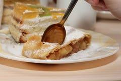 Äta läcker hemlagad strudel Arkivfoto