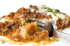 äta lasagne Arkivfoto