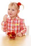 äta lilla jordgubbar för flicka arkivfoto