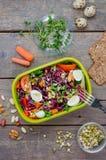Äta lunch asken med grönsaksallad på lantlig träbakgrund royaltyfria bilder