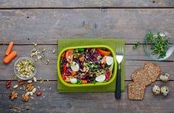 Äta lunch asken med grönsaksallad på på lantlig träbakgrund med tomt utrymme royaltyfri foto