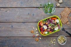 Äta lunch asken med grönsaksallad på träbakgrund med kopieringsutrymme fotografering för bildbyråer