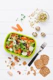 Äta lunch asken med grönsaksallad på vit träbakgrund fotografering för bildbyråer