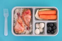 Äta lunch asken med ris och höna, vaktelägg, svarta oliv och ve arkivfoto
