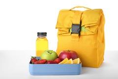Äta lunch asken med sund mat för skolbarn arkivbild