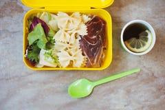 Äta lunch asken med lunch, te och skeden fotografering för bildbyråer