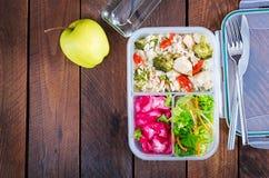 Äta lunch askhöna, broccoli, gröna ärtor, tomaten med ris och röd kål arkivfoto