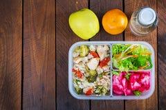 Äta lunch askhöna, broccoli, gröna ärtor, tomaten med ris och röd kål royaltyfri foto