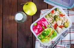 Äta lunch askhöna, broccoli, gröna ärtor, tomaten med ris och röd kål royaltyfri fotografi
