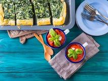 Äta lunch med soppa- och spenatpajen på tabellen Royaltyfria Foton