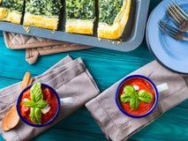 Äta lunch med soppa- och spenatpajen på tabellen Royaltyfria Bilder