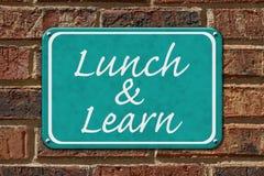 Äta lunch och lär tecknet arkivfoton