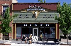 Äta lunch på en matställe i den höga floden, Alberta Canada royaltyfri bild