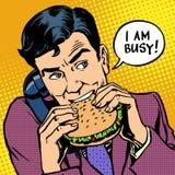 Äta lunch snabbmatmannen som äter en hamburgare och talar på vektor illustrationer