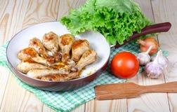 Äta lunch stekt kycklingben och grönsaker på trätabellen Arkivfoton