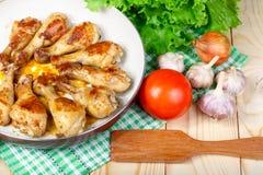 Äta lunch stekt kycklingben och grönsaker på trätabellen Arkivfoto