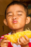 äta mango Fotografering för Bildbyråer