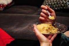 Äta mannagrynhelvaefterrätten som tätt äter upp sikt i exponeringsglasmaträtten royaltyfri bild