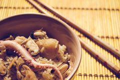Äta mat från ris arkivbild