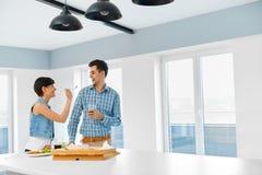 Äta mat Par som äter pizza och att ha gyckel Förhållanden Lei Arkivfoto