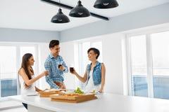 Äta mat Vänner som har det hem- matställepartiet Kamratskap Leisu Arkivbilder