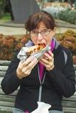 äta matskräp utanför kvinna Arkivbilder