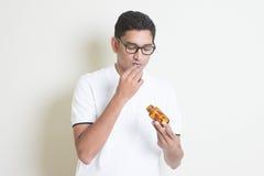 Äta medicinpreventivpilleren Royaltyfri Foto