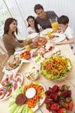 äta middag äta tabellen för familjpizzasallad royaltyfri foto