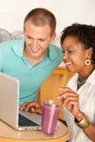 äta middag bärbar dator för par som använder ut Royaltyfri Bild