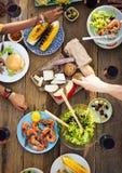 Äta middag begrepp för tabellmat utomhus royaltyfria foton