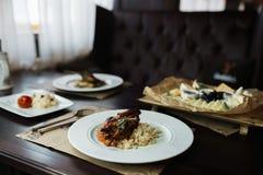 Äta middag den festliga tabellen med smaklig hälsosam aptitretande mat i en restaurang arkivfoton